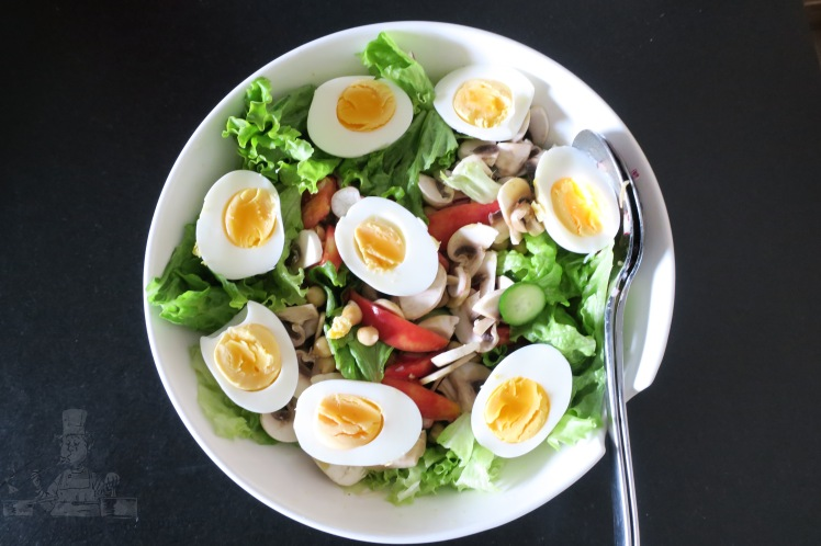 salade de pois-chiche, tomate, champignon, oeufs