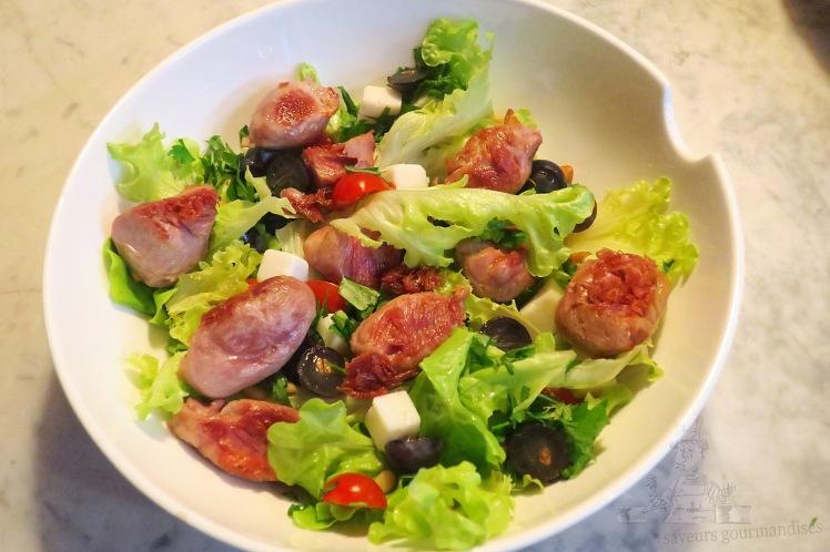 Salade aux sot-ly-laisse, tomates cerises, fromage de chèvre et raisins noirs